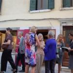 Il critico d'arte Alan Jones e la sua segretaria alla galleria ItinerArte di venezia per la mostra Les Amoureux de Venise