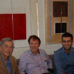 """Luciano Chinese con il figlio e Alan Jones alla Galleria """"Nuovo Spazio"""" di Venezia-Mestre, davanti ai quadri di Chinese"""